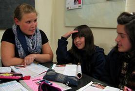 In einer Biologiestunde lernen die Schüler/innen in Argentinien von unseren Freiwilligen, wie gute Mundhygiene funktioniert.
