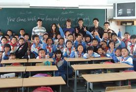 Gruppenbild mit einer chinesischen Schulklasse, die von unserem Freiwilligen im Unterrichts - Projekt unterrichtet wird.