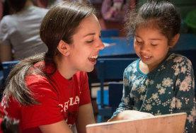 Vokabeln üben: eine Schülerin lernt die Aussprache englischer Vokabeln mit der Hilfe einer Freiwilligen im Unterrichts - Projekt in Costa Rica.
