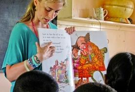 Eine Freiwillige im Unterrichts - Projekt auf den Fidschi - Inseln liest ihrer Klasse eine Geschichte auch Englisch vor.