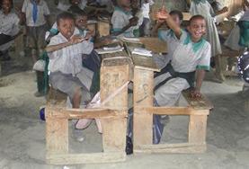 Eine Freiwillige leitet eine Schulstunde während ihres Freiwilligendienstes im Unterrichts - Projekt in Kenia.