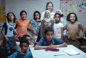 Zwei Freiwillige geben gemeinsam eine Englischstunde in ihrem Freiwilligendienst in Marokko.