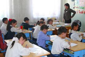 Fleißig lernen die Schüler/innen im Unterrichts - Projekt ihre englischen Vokabeln, bevor sie sie zusammen mit unserer Freiwilligen wiederholen.