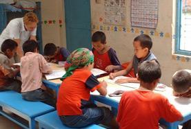 Im Klassenzimmer in Kathmandu unterrichtet ein Freiwilliger im Unterrichts - Projekt Schüler in Englisch.