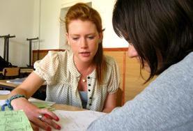 Eine Freiwillige im Unterrichts - Projekt in Rumänien leitet eine kreative Schulstunde.