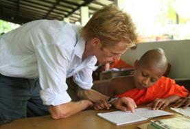Ein Freiwilliger im Unterrichts - Projekt in Sri Lanka mit seiner Klasse aus jungen Mönchen.