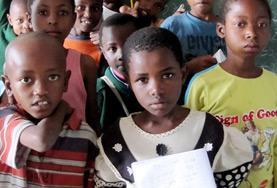 Eine Freiwillige aus Mexiko mit ihrer Klasse in einer Schule außerhalb von Arusha in Tansania.