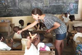 Eine Freiwillige im Klassenzimmer in Lomé im afrikanischen Togo, wo sie ihre Schüler/innen im Fach Englisch unterrichtet.