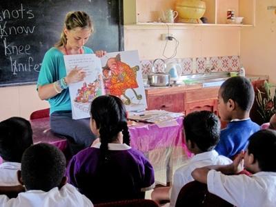 Im Unterrichts – Projekt auf Fidschi liest eine Freiwillige der Klasse eine Geschichte auf Englisch vor.