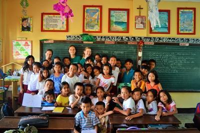 Die Schulkasse im Klassenzimmer in einer unserer Partnerschulen in Bogo City