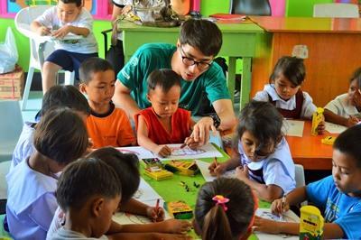 Ein Freiwilliger übt die Grundlagen der Biologie mit einem Schüler
