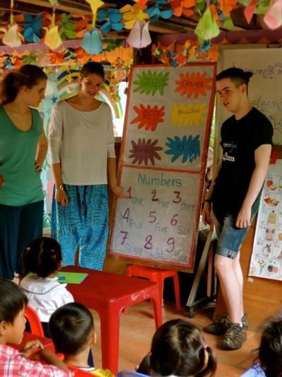 Freiwillige unterrichten den Kindern in Kambodscha die Zahlen von 1-10
