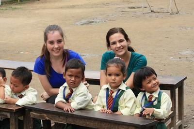 Freiwillige mit Kindern aus Nepal beim Unterricht im Freien
