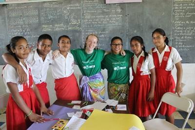 Freiwillige mit ihren Schülern auf Samoa