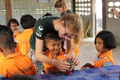 Freiwillige mit Kindern im Unterrichts – Projekt in Thailand