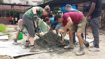 Freiwillige von Projects Abroad  bauen im Katastrophenhilfe - Projekt in Nepal die Schulen wieder auf
