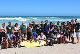 Alle Freiwilligen besuchen auf diesem Bild zusammen den Strand von Muizenberg in Kapstadt, wo auch unser Surf - Projekt stattfindet.