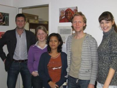 Im Berliner Büro: Richard aus Großbritannien, Lieke aus den Niederlanden, Ligaya aus Sri Lanka und Michael