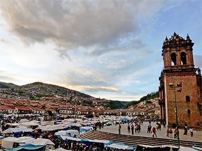 Marktplatz in Peru mit Kirche und Verkaufsständen