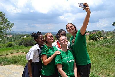 Selfie mit Freiwilligen und Schülerinnen an der Bryce Primary School in Jamaika