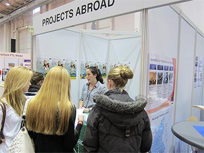 Ehemalige Freiwillige unterstützt Projects Abroad auf einer Bildungsmesse