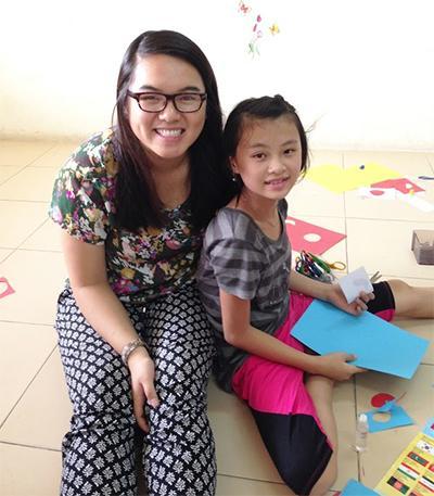 Freiwillige Helferin in einer Kindertagesstätte in Hanoi