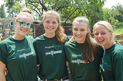 Eine Gruppe dänischer Freiwilliger im Naturschutz-Projekt in Kenia.