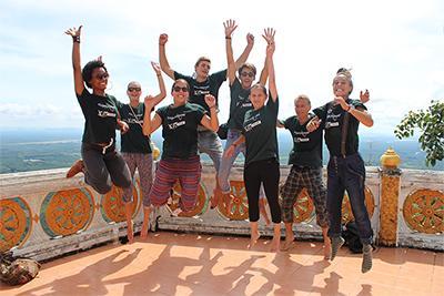 Eine Gruppe Freiwilliger im Unterrichts-Projekt in Thailand.