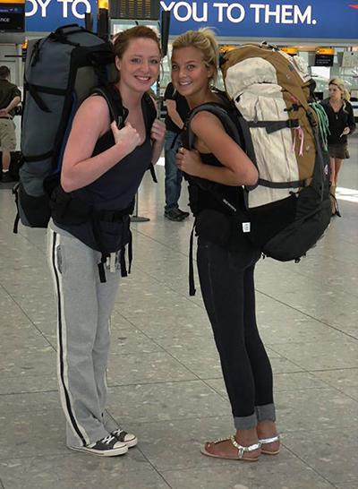Zwei Projects Abroad Freiwillige mit Rucksäcken auf dem Flughafen