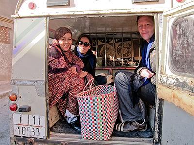 Freiwilliger in einem Transporter zusammen mit Gastfamilie und Einkaufstasche in Marokko