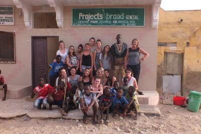Freiwillige und Mitarbeiter vor unserem Regionalbüro in St. Louis, Senegal
