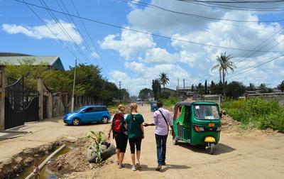 Unsere Mitarbeiter laufen und fahren mit dir die Wege zum Projekt und zu wichtigen Einrichtungen wie dem nahegelegenen Supermarkt oder Bank ab