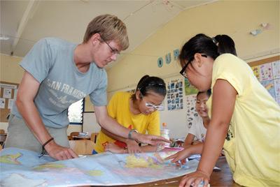 Freiwillige mit Kind im Ausland