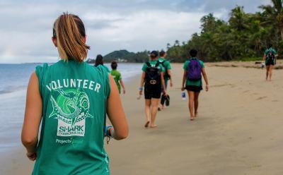 Projects Abroad Freiwillige auf dem Weg zum beach clanup in pacific Habour