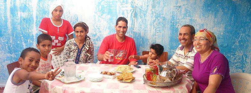 Ein Freiwilliger mit seiner Gastfamilie in Marokko