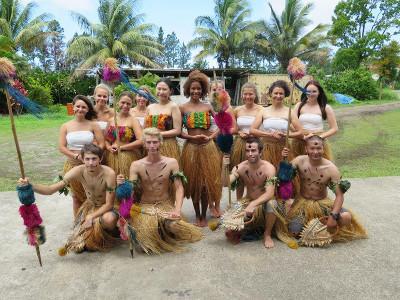Freiwillige in traditioneller Kleidung auf den Fidschi - Inseln