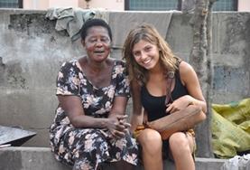 Eine Freiwillige übt Twi mit ihrer Gastmutter in Ghana, wo sie gleichzeitig einen Freiwilligendienst absolviert.