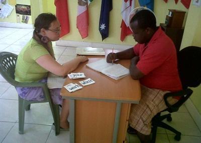 Freiwillige mit Sprachkurslehrerin in Marokko