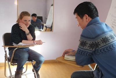Freiwillige beim Mongolisch lernen