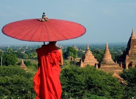Mönch vor Tempelanlage in unserem neuen Zielland Myanmar