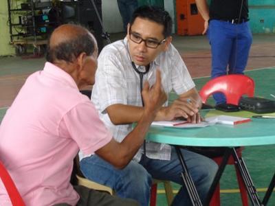 Freiwilliger im Cebuano Unterricht