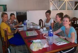 Freiwillige in Sri Lanka lernen im Gruppenunterricht Singhalesisch, das sie in ihren verschiedenen Projekten direkt anwenden können.