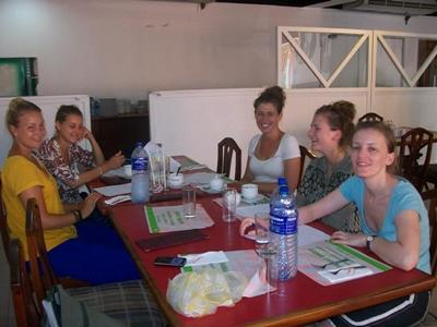 Eine Gruppe Freiwilliger im Singhalesisch Unterricht