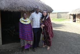 Eine Freiwillige besucht ein traditionelles Massaidorf in Tansania und verständigt sich mit den Dorfbewohnern in Swahili.