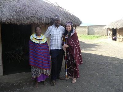 Freiwillige mit Lehrerin im traditioneller Kleidung in Tansania